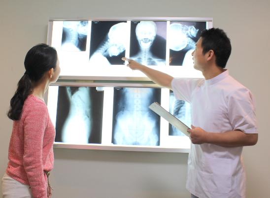 レントゲンを見ながら骨格の状態を症状に照らし合わせて分かりやすく解説