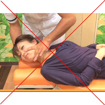 首を力まかせに捻る施術は大変に危険なことです
