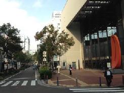関内ホール前を通過