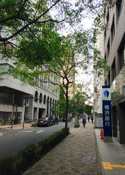 横浜銀行へ進む
