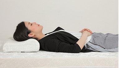 ストレートネックに効果がある枕の寝姿