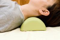 固いストレートネックは柔らかい枕に沈み込む